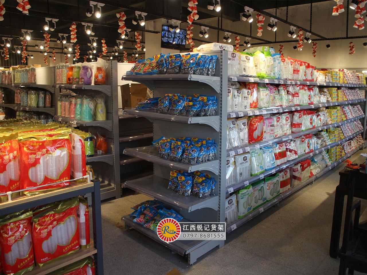 超市日用品区货架